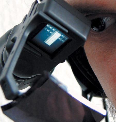 По сути, глаз видит увеличенное отражение миниатюрного дисплея, имеющего разрешение 800х600
