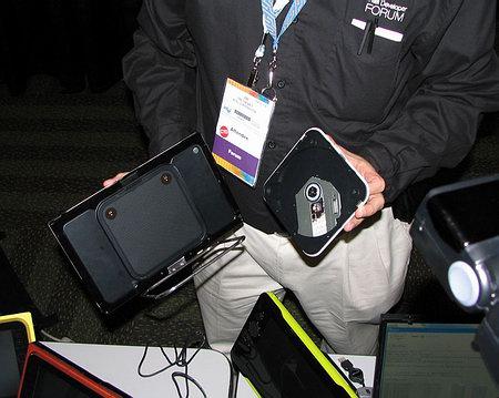 Дополнительную гибкость новой платформе придает возможность подключения и отключения на ходу, по мере надобности, различных дополнительных устройств вроде DVD-привода на снимке ниже