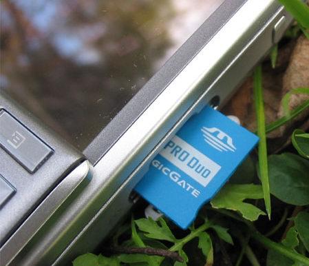 Sony Ericsson P910i - слот расширения с комплектной картой памяти стандарта Memory Stick Duo на 32 Мбайта