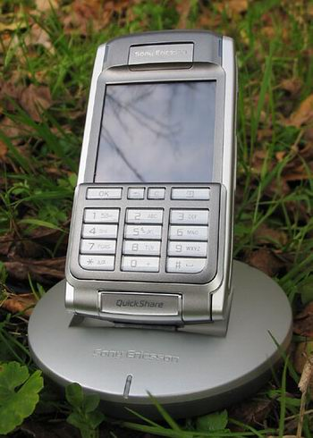 Sony Ericsson P910i - в кредле