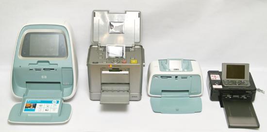 А так принтеры выглядят в разложенном для работы положении. Слева направо: HP Photosmart A826, Epson Picturemate PM280,HP Photosmart A526,  Sony DPP-FP90
