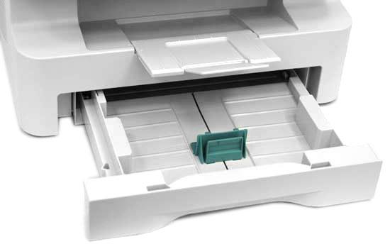 Вместительный лоток для бумаги открывается вперёд, а не вбок, как у многих МФУ