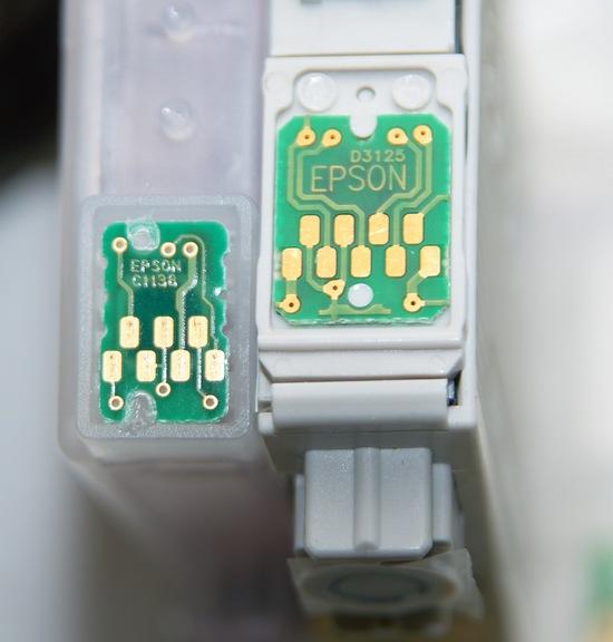 Слева - картридж с 7-контактным чипом от Epson,  справа - с 9-контактным