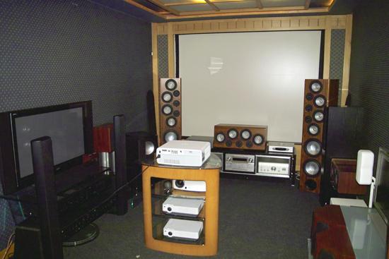 Стойка с проекторами, сменные экраны, набор различной акустики – есть все возможности для выбора нужных компонентов домашнего кинотеатра
