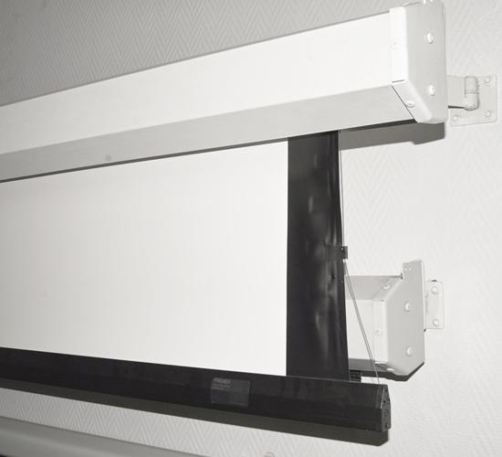 Экраны Premier – серия экранов с системой дополнительного бокового натяжения. Боковые растяжки помогают сделать поверхность экрана более ровной. Экраны Premier могут изготавливаться с поверхностями M1300 и High Definition Grey