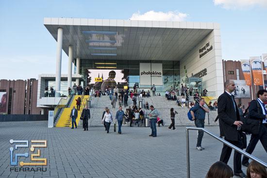 Главный вход в выставочный центр Koelnmesse