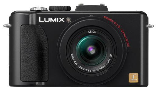 Lumix LX-5 - облик спереди: объектив, прорезиненная рукоятка и светодиод, помогающий фокусироваться в темноте