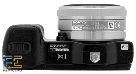 На нижней части Sony NEX – металлическое крепление для установки на штатив и отсек для карты памяти и батареи