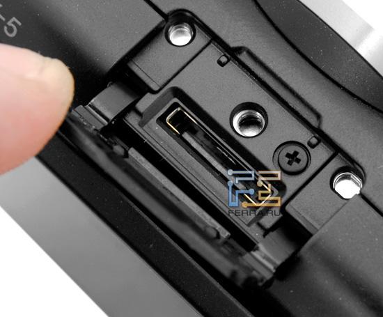 Sony NEX 5 работает со вспышкой и другими аксессуарами через специальный разъем Smart Accessory Terminal