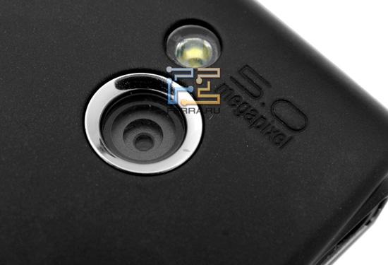 Встроенная камера и светодиодная вспышка на задней стороне Sony Ericsson Xperia X10 mini pro