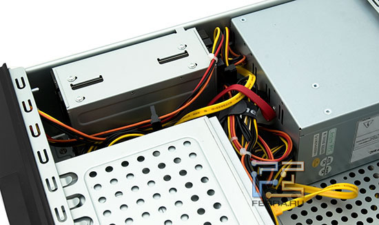 Накопители, приводы и блок питания с проводами: в тесноте, да не в обиде