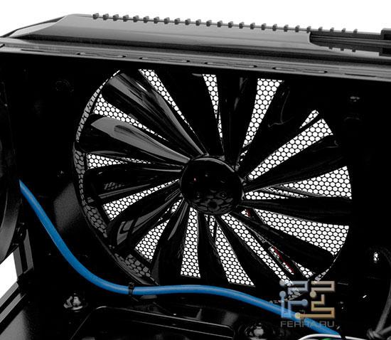 Большой вентилятор создает разрежение