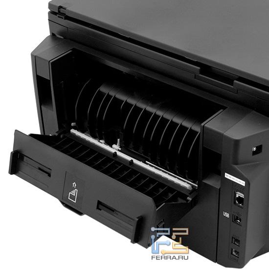 Система подачи бумаги позволяет печатать на картоне и других слабогнущихся материалах