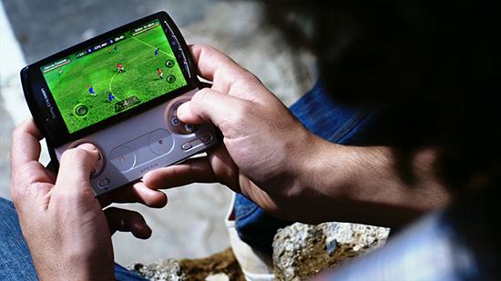 Аппаратные кнопки в Sony Ericsson Xperia Play дублируются программными