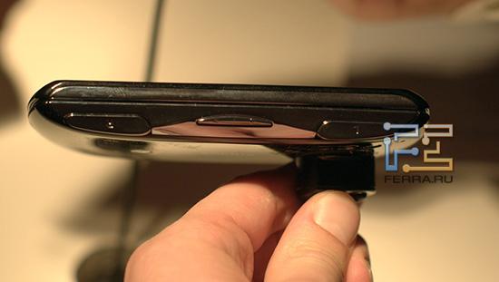 Кнопки L и R на корпусе Sony Ericsson Xperia Play