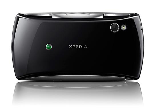Задняя край корпуса Xperia Play: встроенная камера, вспышка и дополнительные игровые кнопки