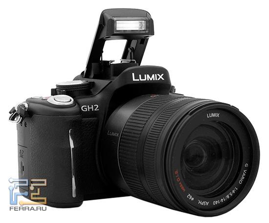 Lumix GH2 с объективом Lumix G Vario HD 14-140 и возведенной вспышкой