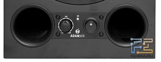 Фазоинверторы, регулятор громкости и кнопка включения на передней панели ADAM A7X