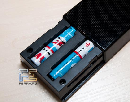 Пульт RM-ED034 питается от двух батарей типа AA