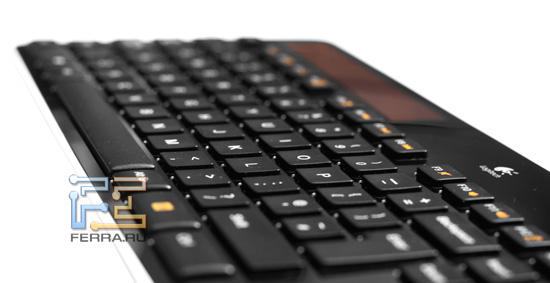 Вид клавиатуры Logitech Wireless Solar Keyboard K750 в перспективе