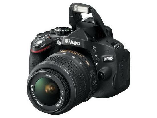 Клавиша Fn и кнопка контроля вспышки расположены на левом боку Nikon D5100
