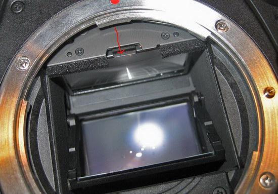 Фокусировочный экран держится защелкой перед пентапризмой