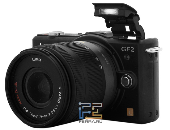 Камера Lumix GF2 с возведенной встроенной вспышкой