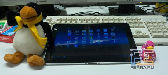 Планшет Samsung Galaxy Tab вместе с традиционными жителями нашей редакции — Пингвиненком Веней, Утей и клавиатурой Великого Мобильного Аналитика