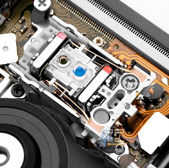 Как обычно, лазеров в приводе два, один работает в красной части спектра (CD и DVD), другой в голубой (Blu-Ray)