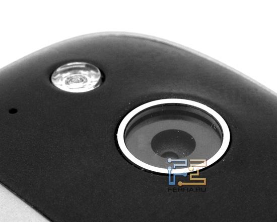 Объектив встроенной камеры и вспышка на задней части корпуса HTC Desire S