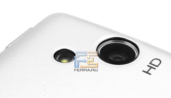 Объектив встроенной камеры Sony Ericsson Xperia Arc, а также вспышка