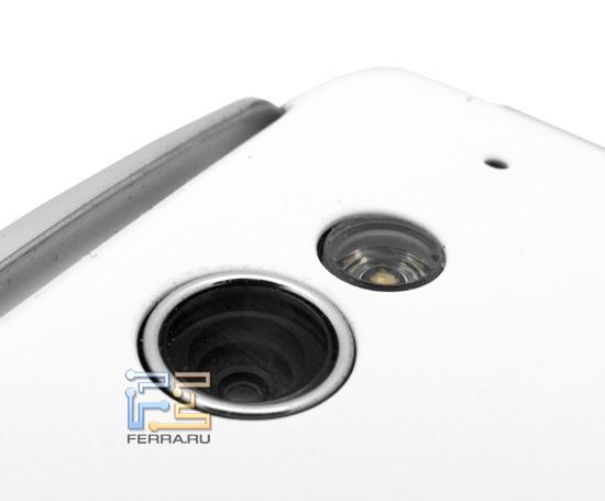 Объектив встроенной камеры и вспышка на корпусе Sony Ericsson Xperia Play