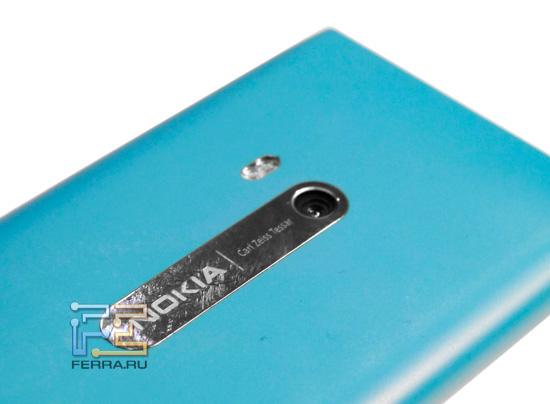 Объектив встроенной камеры и вспышка на задней стороне корпуса Nokia N9