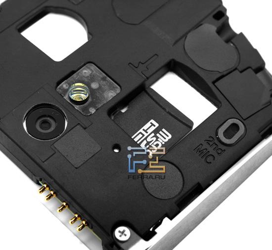 Слот для SIM-карты и microSD-флэшки под крышкой Sony Ericsson Xperia Neo