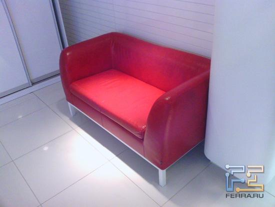 На самом деле, этот диван красный. При сложных условиях, камера Asus TF101 ошибается с балансом белого