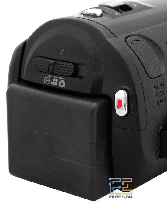 Аккумуляторная батарея, кнопка видеозаписи и переключатель режимов на задней части корпуса Panasonic HDC-SD800