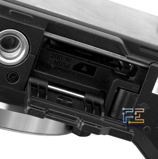 Слот для карт памяти Sony NEX-C3 ничем не защелкивается