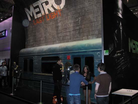 На GamesCom 2011 многие хотели сфотографироваться на фоне метро