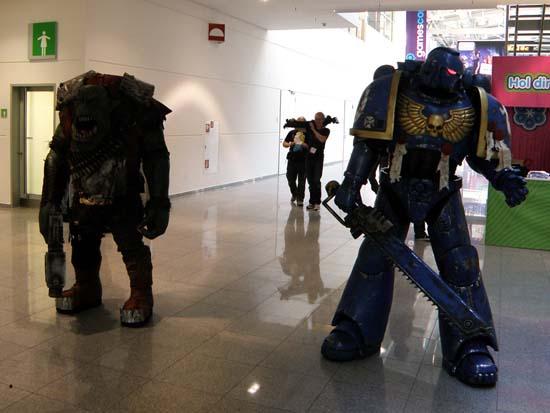 Сразу все понятно в этом уголке GamesCom 2011 обитает вселенная Warhammer орки и космодесант
