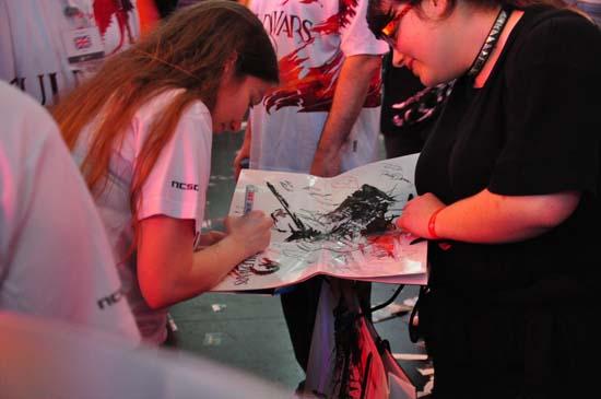 Возле стенда Guild Wars 2 на GamesCom 2011 творилось что-то невообразимое сначала расписывали автографами плакаты, затем перешли на майки