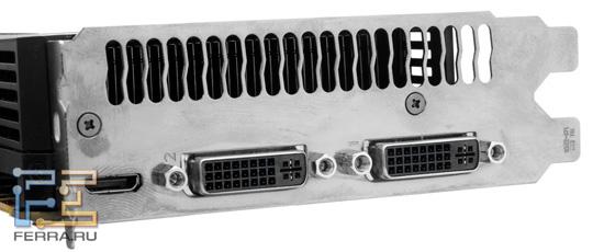 Вид разъемов задней панели видеокарт GeForce GTX 570 AMP! и GTX 580 AMP!