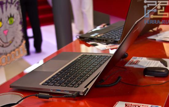 Lenovo U300s — обратите внимание на котэ на заднем плане