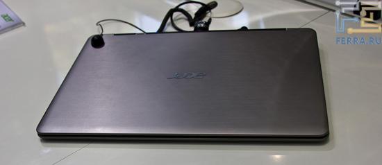 Передняя грань Acer S3. Ноутбук выглядит не очень легким, зато строгим