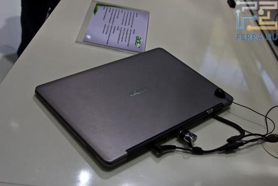 Acer S3 в закрытом виде, сзади. Очень характерное крепление экрана к основному блоку