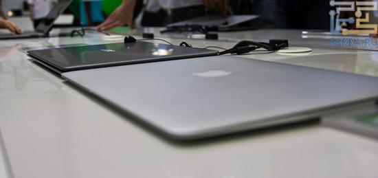 На этом фото хорошо видно, что толщина Acer S3 больше толщины MacBook Air