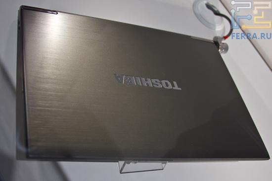 Металлическая верхняя крышка Toshiba Z830. Выглядит практично, хотя и немного мрачновато