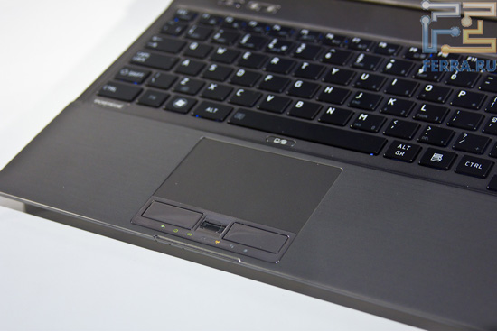 Большой тачпад и островная клавиатура Toshiba Z830. Между кнопками тачпада находится сканер отпечатка пальцев