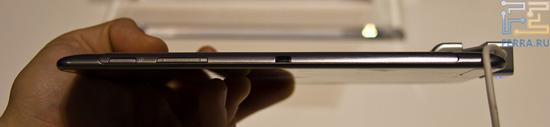 Регулятор громкости и кнопка включения на грани Samsung Galaxy Tab 7.7
