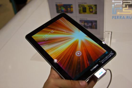 Samsung Galaxy Tab 7.7 достаточно удобно держать в руках