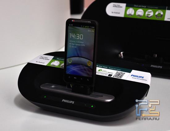 HTC Desire HD+, подключённый к док-станции Philips
